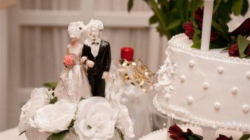 Eine Braut entdeckt das schockierende Geheimnis ihres Verlobten und revanchiert sich am Altar.